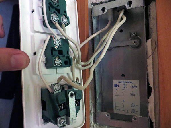 Разобрать трехконтактный выключатель, чтобы добраться до его клемм