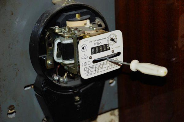 Поврежденный счетчик электроэнергии старого образца