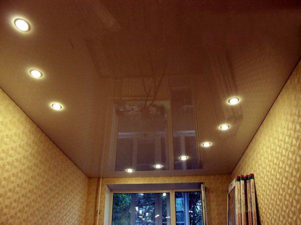 Как разместить группу точечных светильников на потолке