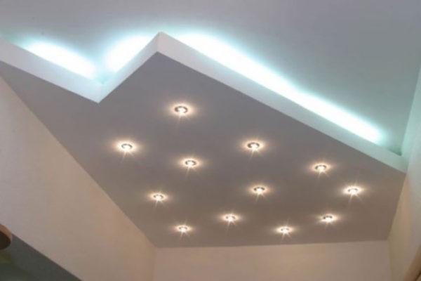 Точечные светильники установленные на потолке из гипсокартона