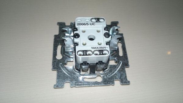 Двухклавишный выключатель с контактами зажимного типа