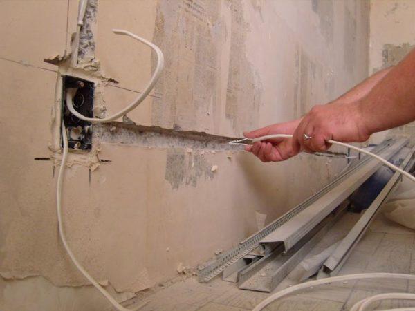 Укладка кабеля для розеток в штробу