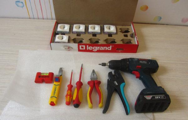 Инструменты для замены розеток в квартире