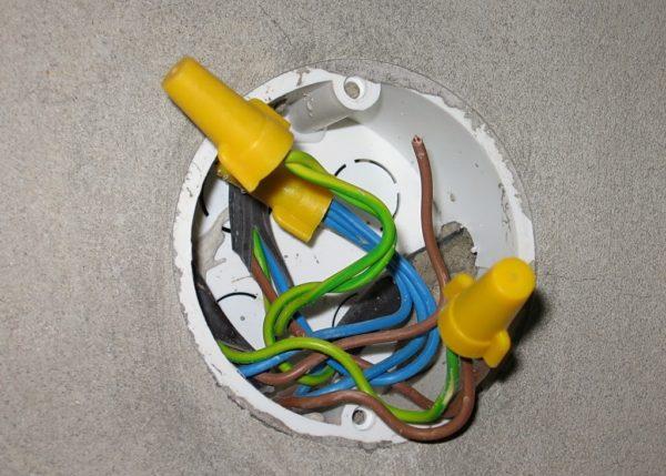 Соединение проводов в коробке с использованием пальчиковых колпачков