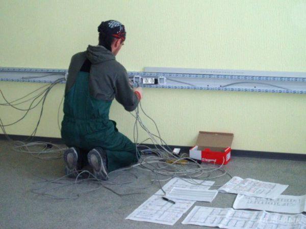 Прокладка кабель-канала с розеткой