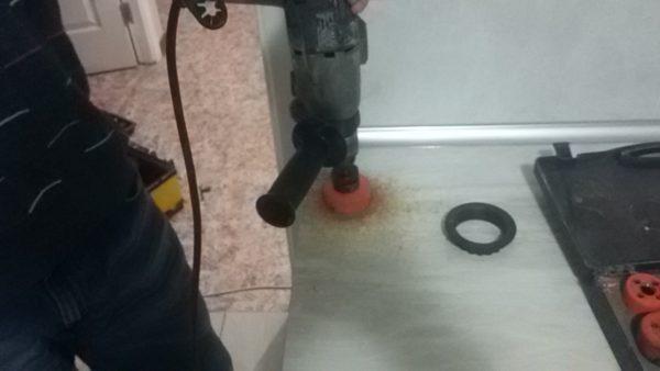 Установка выдвижной розетки в столешню на кухн