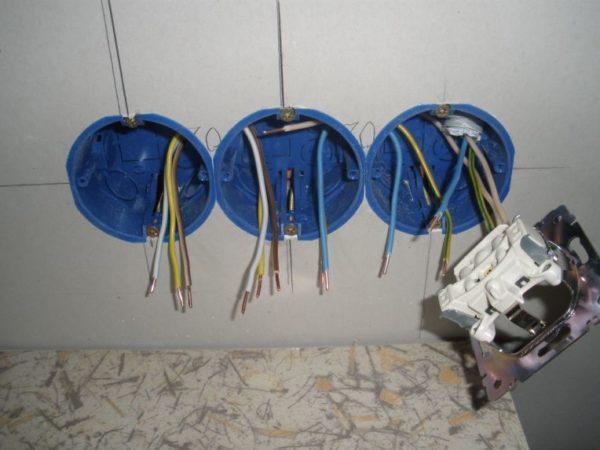 Подсоединение проводов к розеткам в гипсокартоне