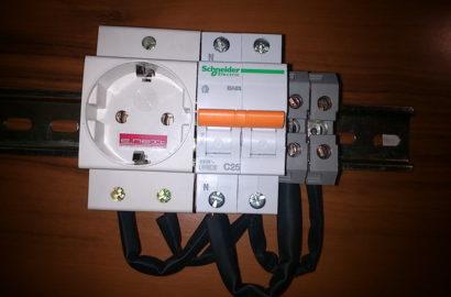 Модульная розетка установленная на DIN-рейке