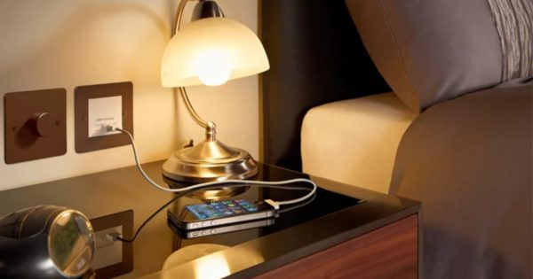 Розетка для зарядки гаджетов в спальне