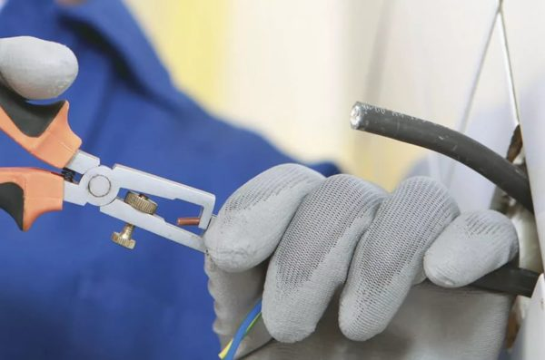 Зачистка контактов при ремонте розетки