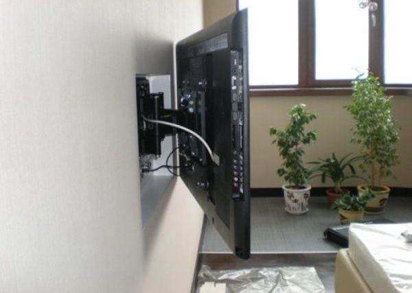 Правильное размещение розетки под телевизор позврлит приблизить его к стене и спрятать провода