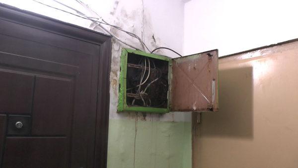 Замыкание электропроводки из-за сырых стен