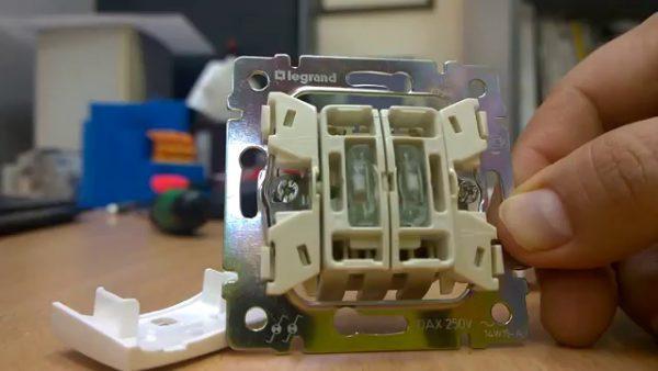 Монтаж двухклавишного выключателя с подсветкой