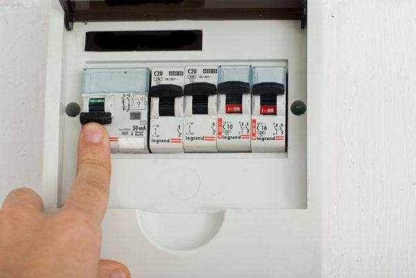 Перед заменой выключателя необходимо обесточить квартиру