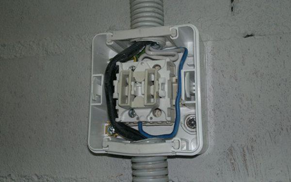 Наружный выключатель и проводка должны быть защищены от осадков