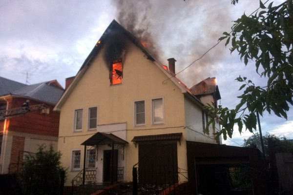 Прямой удар молнии в крышу дома может привести к пожару