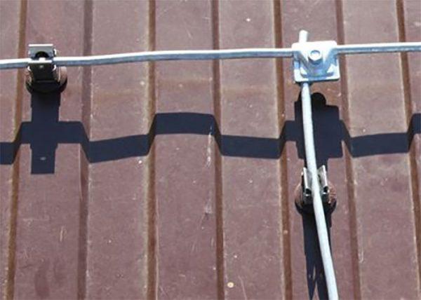 Соединение прутьев молниезащитной сетки на крыше