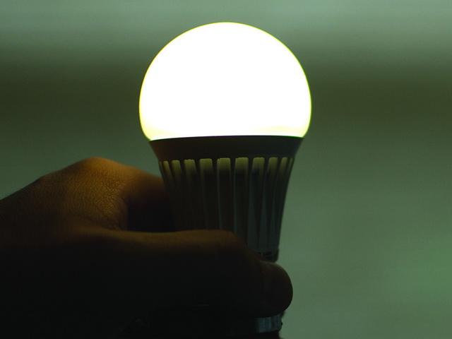 Почему светодиодные лампы горят после выключения