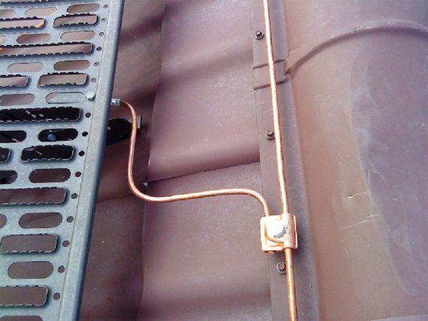 Соединение токооотвода с молниеприемником