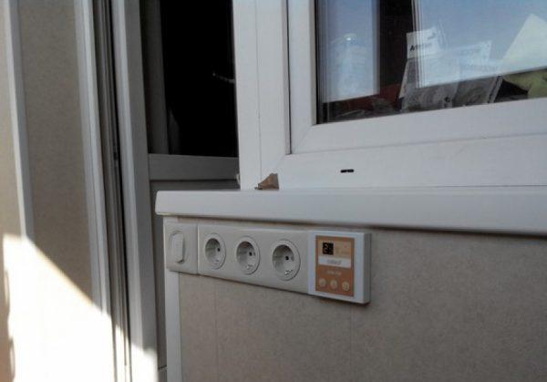 Установка розеточного блока на балконе