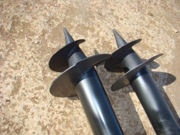 При использовании винтовых свай в качестве заземления их необходимо покрывать токопроводящей краской