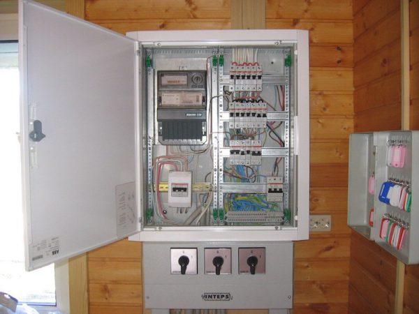 Электрощит в деревянном доме с двухполосным автоматом защиты и УЗО
