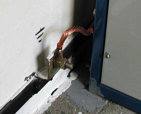 Подсоединение заземляющего проводника к электроустановке