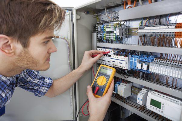 Проверка подсоединения проводов в электрощите с помощью мультиметра