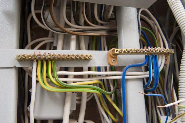 Разделение нулевых проводов и проводников заземления