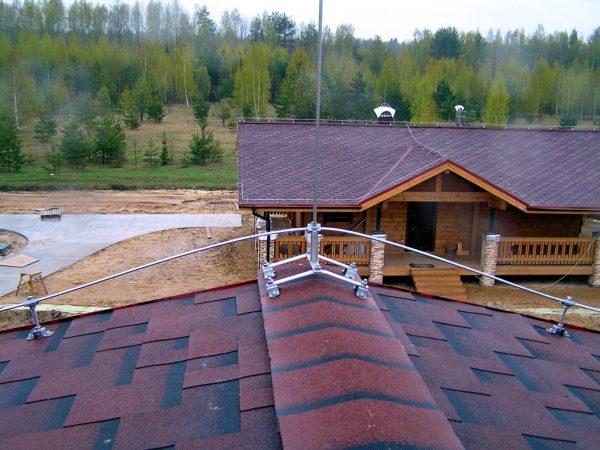 Размещение стержневого громоотвода на краю крыши