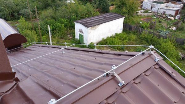 Сеточный молниеприемник на крыше из металочерепицы