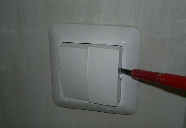 Снятие клавиши выключателя отверткой