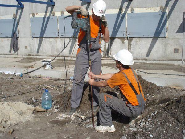 Установка в грунт вертикального заземляющего электрода