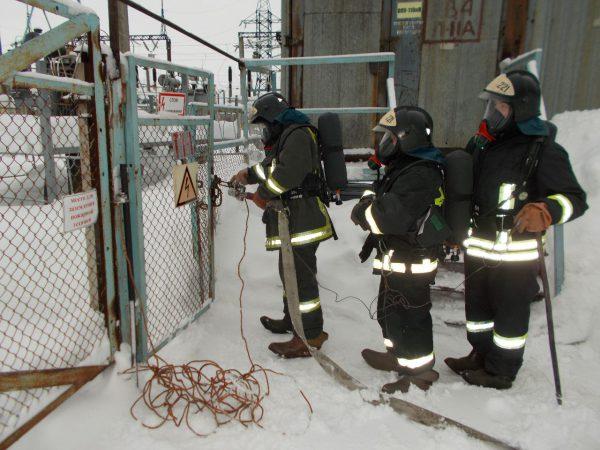 Пожарный расчет с заземленным стволом