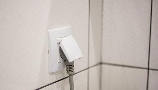 В ванной комнате необходимо устанавливать влагозащищенные розетки