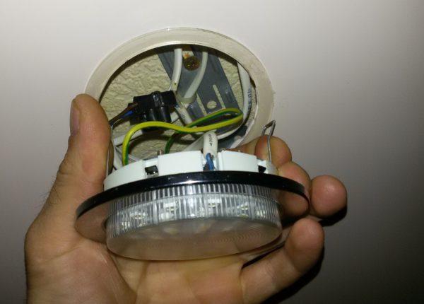 Замена светодиодной лампы в точечном светильнике