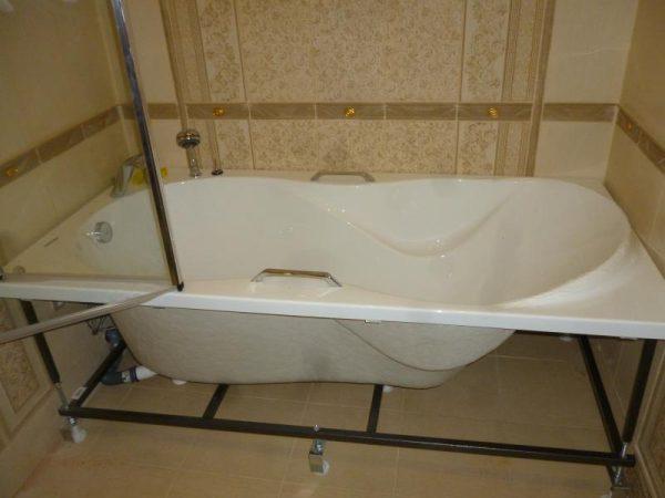 При установке акриловой ванны необходимо заземлить металлический каркас