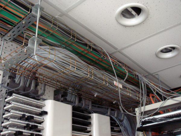 Прокладка кабелей в лотках проволочного типа