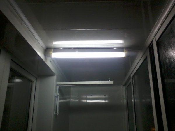 Лампы дневного света на балконе