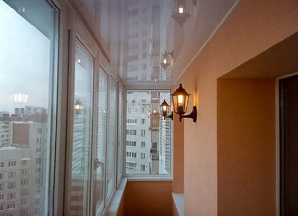 Использование настенных бра для освещения балкона