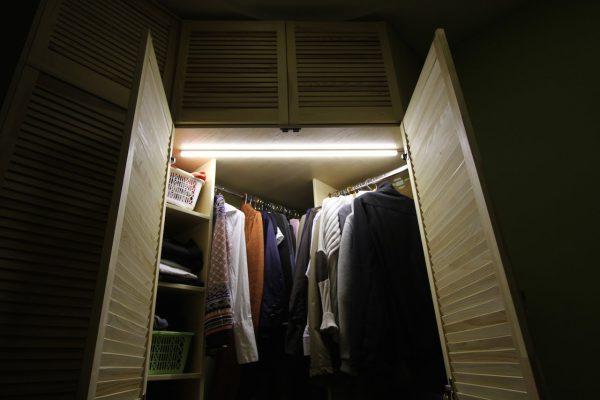 Неоновая подсветка в шкафу для одежды