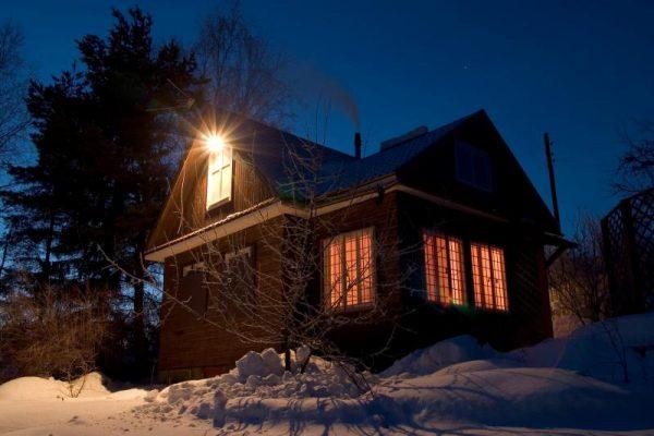 Освещение двора с помощью галогенного прожектора