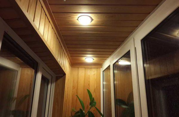 Потолочные светильники на балконе