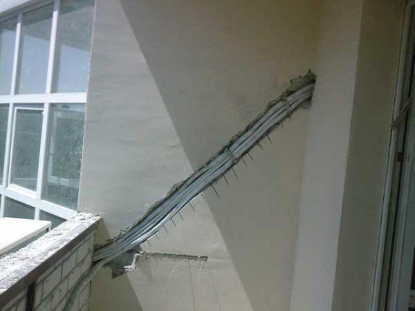 Монтаж скрытой проводки на балконе