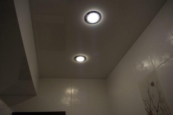 Встроенные в потолок светильники в ванной комнате