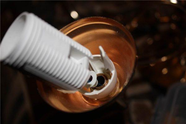 Лампа может перегорать из-за плохого контакта в патроне
