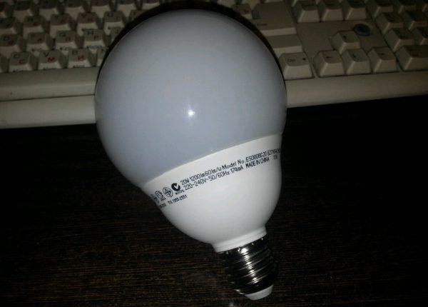 Компактная люминесцентная лампа с классической матовой колбой