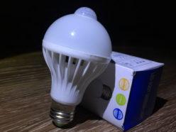 Светодиодная лампа со встроенным датчиком