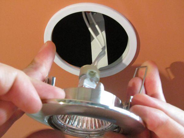 Монтаж светильника с галогенной лампой с защитным кольцом