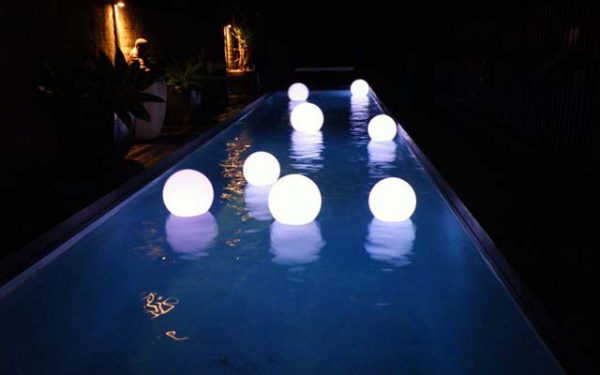 Освещение бассейна с помощью плавающих светильников